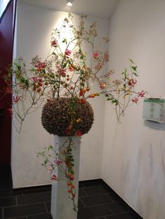 Blumensäule als Stilelement im Raum