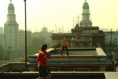Speedminton is a great way to have fun at the roof top. Badminton, Berlin, Sculpted Arms, Humans Of New York, Beach Fun, Rooftop, Statue Of Liberty, Have Fun, Around The Worlds