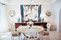 salle à manger moderne avec une lampe de plafond chandelier