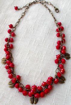 collar.  Bayas rojas.  GRANO DE CRISTAL Checa.  detalles en bronce.  cadena de bronce