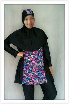 Kode: BRMD201416, Harga: IDR 285.000. Baju renang muslimah dewasa dengan desain longgar berwarna dasar hitam kombinasi motif abstrak. Model baju dan celana renang terpisah, dilengkapi jilbab panjang yang menutupi dada dan topi yang disisipkan motif. Resleting diletakkan di depan baju untuk memudahkan pemakaian. Bahan baju renang adalah Spandex-Lycra yang sangat nyaman dipakai.
