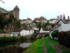 Semur en Auxois (Photo Eric Wanner sur http://chtoric67.canalblog.com) : au détour d'un méandre de l'Armançon, la ville médiévale aux toits ...