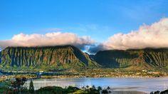 Скачать обои Koolau, пальмы, горы, остров, панорама, залив, побережье, яхты, тропики, долина, облака, Гавайи, раздел пейзажи в разрешении 1920x1080