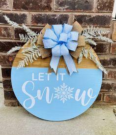 Christmas Door, Christmas Signs, Christmas Wreaths, Christmas Crafts, Christmas Decorations, Wooden Door Signs, Wooden Wreaths, Diy Door, Front Door Decor