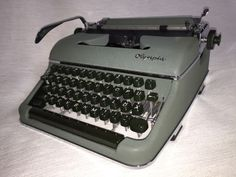 Alte tragbare mechanische Reiseschreibmaschine der Marke Olympia.Seriennummer 919254, Olympia Werke AG. Wilhelmshaven, Germany.Die Schreibmaschine war fast nie benutztist und befindet sich in einem Idealen Zustand, so gut wie neu.Bequem zu transportieren, da in einem Originalkoffer mit Kofferverschluss.Farbband und Schlüssel sind mit dabei.Maße ca. 37,0 cm x 39,0 cm x 15,0 cm  Gewicht ca. 9,2 kg