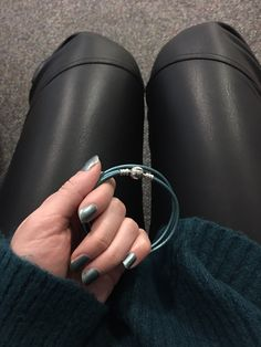 Leather and petrol color #leather #leatherpants #petrolcolor #outfit #pandorabracelet #petrolnails #winteroutfit