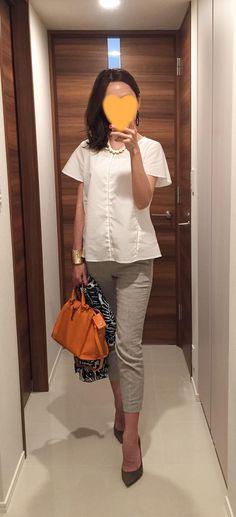 White tops: NEWYORKER, Grey pants: United Arrows, Orange bag: Saint Laurent, Beige heels: Jimmy Choo