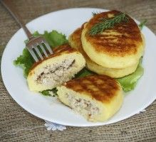 Potato cakes with meat on the plateIngredients: Patty lb potato, cooked, tsp cup flour, plus on a boardMeat lb ground Clean Recipes, Cooking Recipes, Good Food, Yummy Food, Ukrainian Recipes, Portuguese Recipes, Savoury Dishes, Popular Recipes, Kids Meals