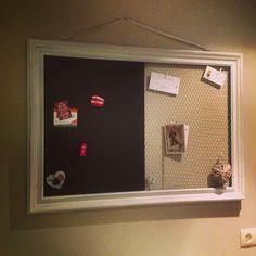 Memobord. Oude lijst van een spiegel. De ene helft is een magnetisch krijtbord. De andere helft is van kippengaas.