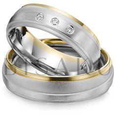 A43 Masivnější snubní prstýnky, které na první pohled zaujmou decentním pojetím kombinace bílého a žlutého zlata. Převažující saténový mat je navíc podpořen jemným profilovým zvýšením prostřední části, kde jsou u dámského prstenu zasazeny tři brilianty. #bisaku #wedding #rings #engagement #brilliant #svatba #snubni #prsteny