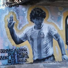 Mural de Maradona pintado en la ciudad de La Plata Diego Armando, Soccer Stars, Rare Photos, Graffiti, Street Art, History, Retro, Sports, Mens Tops