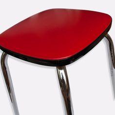 Tabouret vintage en skaï rouge pied acier chromé. Dimensions : Assise 29 cm x 29 cm - Hauteur 45,5 cm. En bon état, Traces d'usages et usure du temps