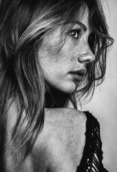 freckles // black and white photography // portrait of a girl // over the shoulder // easy messy waves // bronde // blonde highlights // brunette // shiny hair