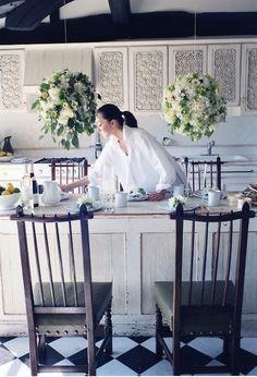 初夏の訪れはアジサイとともにやってきます。雨が多くて鬱々とした季節でも、豊満な花の房をみているだけで、気持ちが晴れやかに。葉山の別荘の庭に咲いている白いアジサイを加えてつくった「フラワーボール」は贅沢な初夏のアレンジです。 写真 ©上田義彦 構成 高橋亜弥子 2012年『日々花々』Precious/小学館より