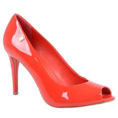Peep toe de couro verniz na cor acerola. Salto de 9,5cm forrado no mesmo material, sola laminada de borracha com pintura laqueada.<br />
