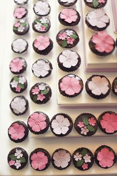 Nice change from roses and swirled frosting. Cupcakes Rosa, Floral Cupcakes, Pretty Cupcakes, Sweet Cupcakes, Fondant Cupcakes, Pink Cupcakes, Yummy Cupcakes, Wedding Cupcakes, Cupcake Cookies