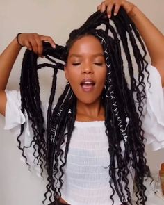 How to style the box braids? Tucked in a low or high ponytail, in a tight or blurry bun, or in a semi-tail, the box braids can be styled in many different ways. Faux Locs Hairstyles, Twist Braid Hairstyles, Braided Hairstyles For Black Women, African Braids Hairstyles, Twist Braids, Diy Hairstyles, Havana Twists, Cute Box Braids Hairstyles, Locks Hairstyle