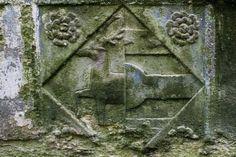 Armes d'une épouse d'un membre de la famille Chohan (d'argent au cerf passant de gueules), château de Coëtcandec (Locmaria-Grand-Champ, Morbihan).
