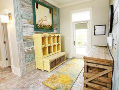Le banc de rangement est astucieusement conçu pour offrir des espaces de rangement.La couleur jaune délavée attirera les plus jeunes et aidera à maintenir une palette de couleurs douces dans toute la pièce.Le meuble en bois est un espace de rangement parfait.