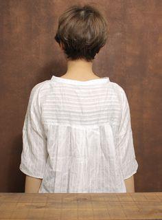 シンプルで柔らかく見えるショートヘアです。襟足をすっきりカットさせ後頭部に奥行きを持たせることにより、首が細く見え、横から見た時のアゴのラインがとてもキレイに見えてすっきり横顔美人を作り上げます。