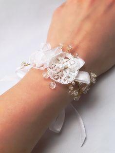Bracciale rigido damigella floral lace corsage wedding bridal white matrimonio sposa bianco pizzo organza perle filo metallico oro cristalli