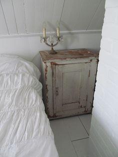 Zet geen antiek nachtkastje naast je lits-jumeaux, maar een klein antiek kastje, dat is in verhouding en dus mooier. De bedden waren vroeger immers veel kleiner