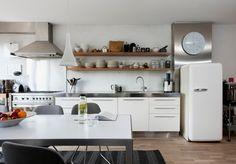 Große weiße Küche mit Essen im Bereich
