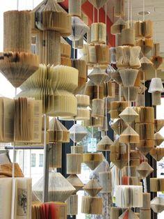 Multitud de colgantes hechos con libros