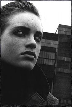 Питер Линдберг — признанный мастер портретной и fashion-фотографии, снимавший огромное количество звезд и создавший множество легендарных фото. Свою историю становления рассказывает сам Питер Линдберг в «Правилах жизни». «Я пошел в художественную школу , потом работал в…