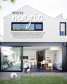 🌟Tante S!fr@ loves this📌🌟For the love of a steel beam. The beautiful Melbourne home of Rae Maxwell in the latest issue of - a feature. Timber Sliding Doors, External Sliding Doors, Interior And Exterior, Exterior Design, Black Windows Exterior, Skandinavisch Modern, Weatherboard House, Queenslander, Melbourne House