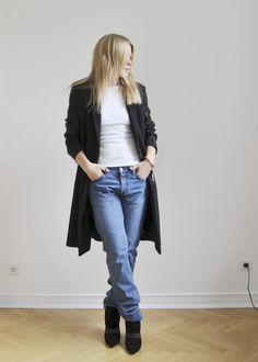 Jeans mit schwarzem Mantel