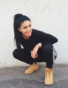 black sweatpants outfit in winter with tan timberlands Outfits Con Botas Timberland, Mode Timberland, Timberland Stiefel Outfit, Timberland Heels, Timberland Fashion, Lazy Day Outfits, Tomboy Outfits, Swag Outfits, Stylish Outfits