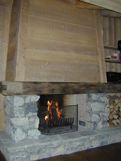 fireplace chalet chemin e chalet en pierre de taille et vieux bois coin feu pinterest. Black Bedroom Furniture Sets. Home Design Ideas