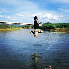 Nada como um water de manhã pra acordar e começar o fds com tudo!! #slackclick #slackline #saturday #waterline #slacklife Atleta: Geison Illgner Foto: Anderson Cariri Rio São Francisco em Petrolândia - Pernambuco, Brasil