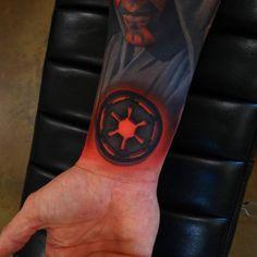 Tatuaje del emblema imperial de La Guerra de las Galaxias.