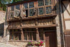 Vieille maison bretonne de la rue du Jerzual à Dinan. La façade est à pans de bois. Bretagne.