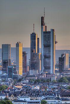 Frankfurt am Main, también llamada Mainhattan, por sus rascacielos, que contrastan realmente bien con la zona vieja.