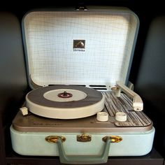 Love retrò.  I used to stack mine with my favorite 45's before I hoped in bed at night.  Those were the good old days!