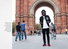 """Mamegor, de Senegal. Una de las personas que cuentan su historia en """"Nuestra Barcelona"""". Mamegor y el Arco de Triunfo. Desde este punto de la ciudad, este senegalés empieza muchas veces sus paseos hasta el Parc de la Ciutadella. Tiene en la ciudad hasta 1.162 compatriotas. Fundació @serveisolidari http://www.editorialmediterrania.net/es/producto/nuestra-barcelona/ Fotografías: Jose Manrique de Lara, Marvin Marrisey, Albert Montilla, Robert López y DomènecUmbert."""