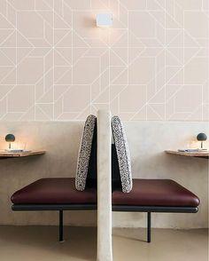 """Papel parede """"Papel Azulejo Nude fazendo toda a diferença na ambientação para uma cafeteria super charmosa. Que…"""""""