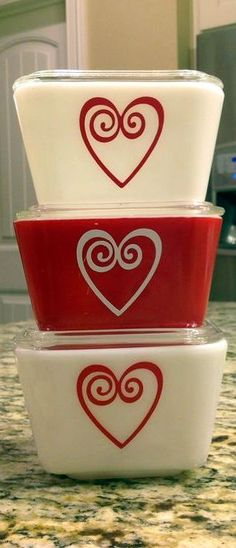 Vintage Pyrex dishes with hearts. #vintage #kitchen #dishes Vintage Dishware, Vintage Bowls, Vintage Dishes, Vintage Pyrex, Rare Pyrex, Glass Kitchen, Kitchen Dishes, Kitchen Items, Kitchen Stuff