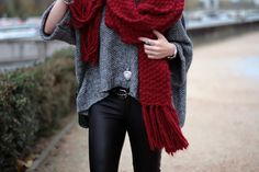 love this outfit, I need a big scarf like that Winter Fashion Tumblr, Autumn Winter Fashion, Fall Fashion, Vogue Fashion, Cozy Fashion, Style Fashion, Red Scarves, Chunky Scarves, Oversized Scarf