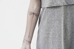 #dragonfly #carinacaiê #tattoo #tatuagem #tatuaje #dots #botanica #pontilhismo #Ink #inktattoo #botanicaltattoo #sampa #Brasil #oldschool #tatuagemfeminina #tipografia
