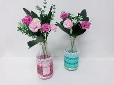 Kit c/ 2 garrafinhas decoradas com flores artificiais. <br> <br>Lindas e delicadas, perfeitas para decoração do seu chá de cozinha, quarto, banheiro, cozinha, sala, escritório, etc.