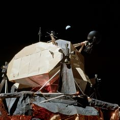 Apollo 17 の 月着陸船にかかる 下弦の地球 ( これでも地球から見る月より約3.7倍・面積で14倍 大きい )