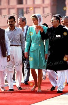 September 25 1991 Princess Diana Barefoot And With Head Covered For Visit To The Great Mogul Mosque Of Badshahi In Lahore During Her Four-day Tour Of Pakistan