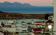 In Lindos fühlt man sich wie in einer Postkartenszene: weiß getünchte Häuser und Strandidylle
