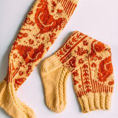 Kanaset-sukat - Kaupunkilanka Crochet Socks, Knit Mittens, Knit Or Crochet, Knitting Socks, Hand Knitting, Knitting Patterns, Knit Socks, Knitting Ideas, Cool Socks