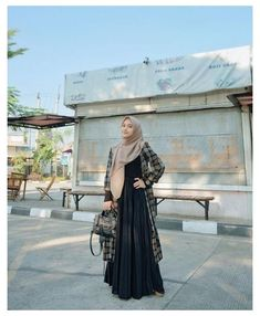 Hijab Casual, Modest Fashion Hijab, Modern Hijab Fashion, Street Hijab Fashion, Hijab Fashion Inspiration, Ootd Hijab, Hijab Chic, Hijab Fashion Style, Gold Fashion