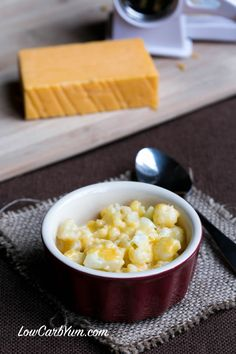 Instant low carb gluten free cauliflower mac and cheese - quick and easy with 3 ingredients: frozen cauliflower, cheese and cream. Add a crushed pork rind & melted butter topping and broil to crisp. Healthy Microwave Meals, Quick Keto Meals, Microwave Recipes, Microwave Food, Easy Meals, Califlower Mac And Cheese, Keto Mac And Cheese, Cauliflower Cheese, Cauliflowers